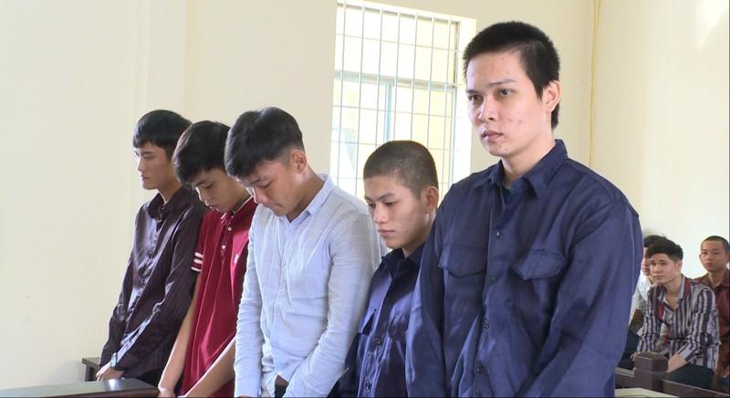 Năm thanh niên 'hùn tiền' rồi dắt tay nhau vào tù - ảnh 1