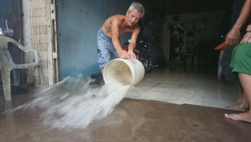 Cận cảnh người dân Cần Thơ bị nước ngập 'tấn công'  - ảnh 7