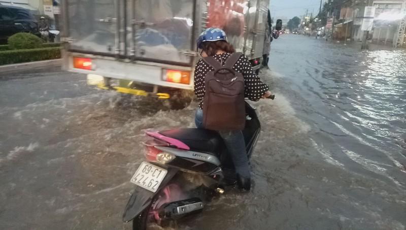 Cận cảnh người dân Cần Thơ bị nước ngập 'tấn công'  - ảnh 11
