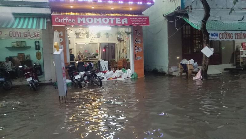 Cận cảnh người dân Cần Thơ bị nước ngập 'tấn công'  - ảnh 5