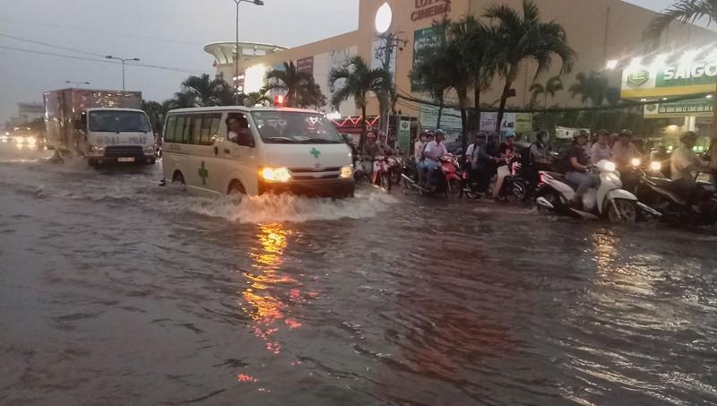 Cận cảnh người dân Cần Thơ bị nước ngập 'tấn công'  - ảnh 8