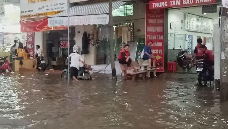 Cận cảnh người dân Cần Thơ bị nước ngập 'tấn công'  - ảnh 9