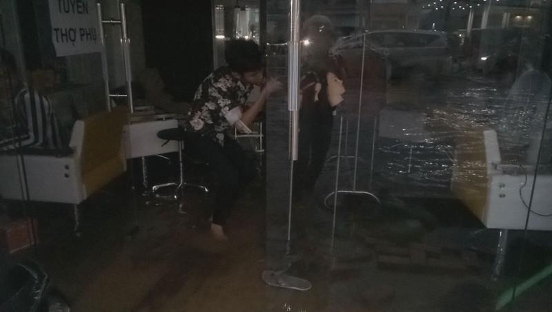 Cận cảnh người dân Cần Thơ bị nước ngập 'tấn công'  - ảnh 12