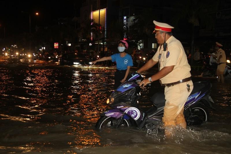 Triều cường cao, nhiều đường ở TP Cần Thơ ngập nặng - ảnh 6