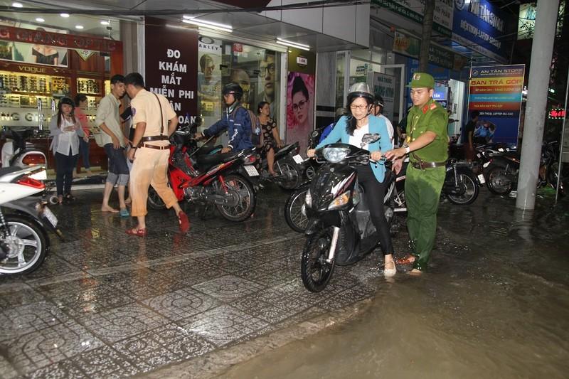 Triều cường cao, nhiều đường ở TP Cần Thơ ngập nặng - ảnh 11