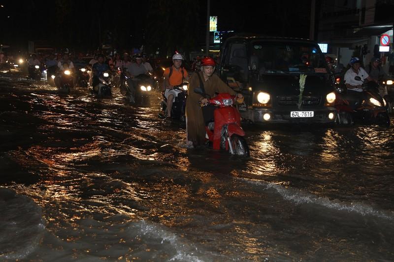 Triều cường cao, nhiều đường ở TP Cần Thơ ngập nặng - ảnh 2