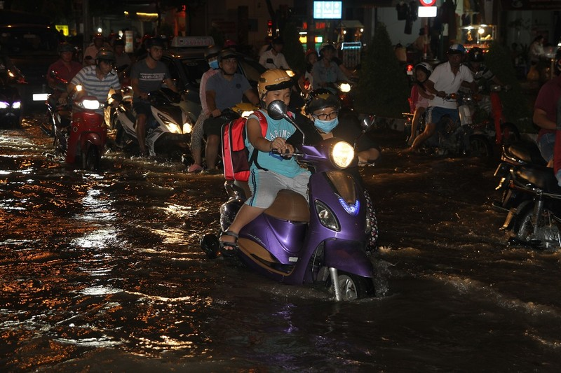 Triều cường cao, nhiều đường ở TP Cần Thơ ngập nặng - ảnh 3