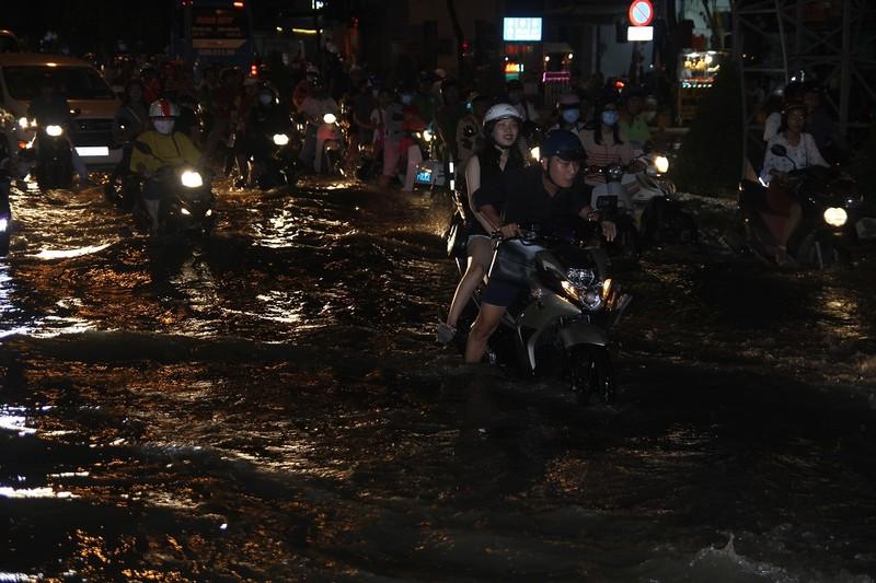Triều cường cao, nhiều đường ở TP Cần Thơ ngập nặng - ảnh 1
