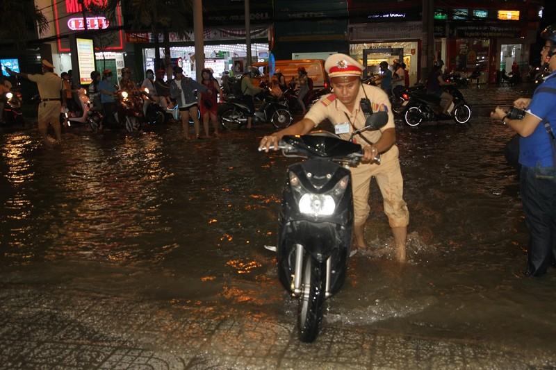 Triều cường cao, nhiều đường ở TP Cần Thơ ngập nặng - ảnh 7
