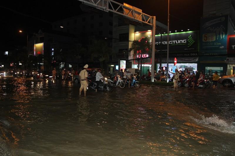 Triều cường cao, nhiều đường ở TP Cần Thơ ngập nặng - ảnh 10