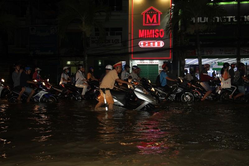 Triều cường cao, nhiều đường ở TP Cần Thơ ngập nặng - ảnh 9