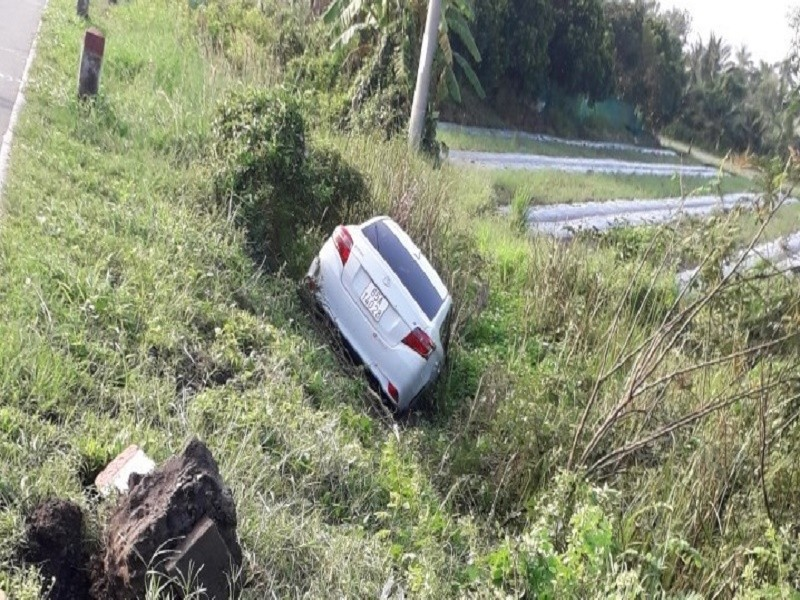 Ô tô bay xuống kênh sau khi tông xe máy, cụ ông tử vong - ảnh 1