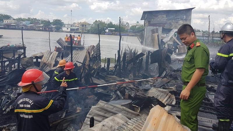 Cháy nhiều căn nhà ở chợ nổi Cái Răng lúc giữa trưa - ảnh 2