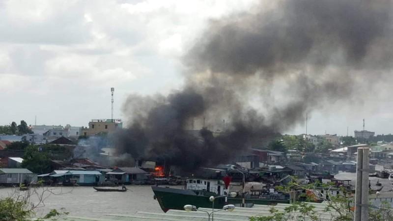 Cháy nhiều căn nhà ở chợ nổi Cái Răng lúc giữa trưa - ảnh 1