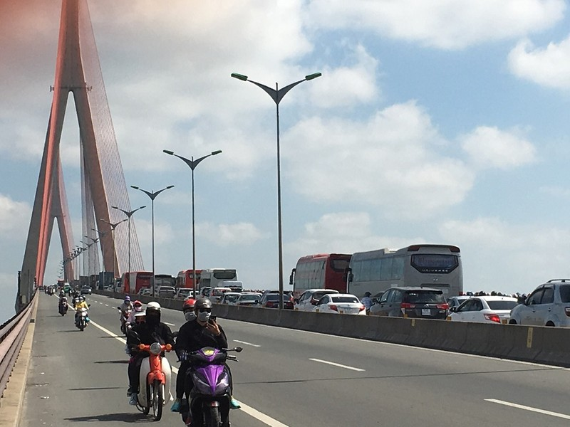 Kẹt xe nghiêm trọng trên cầu Mỹ Thuận vì ô tô bất ngờ chết máy - ảnh 1