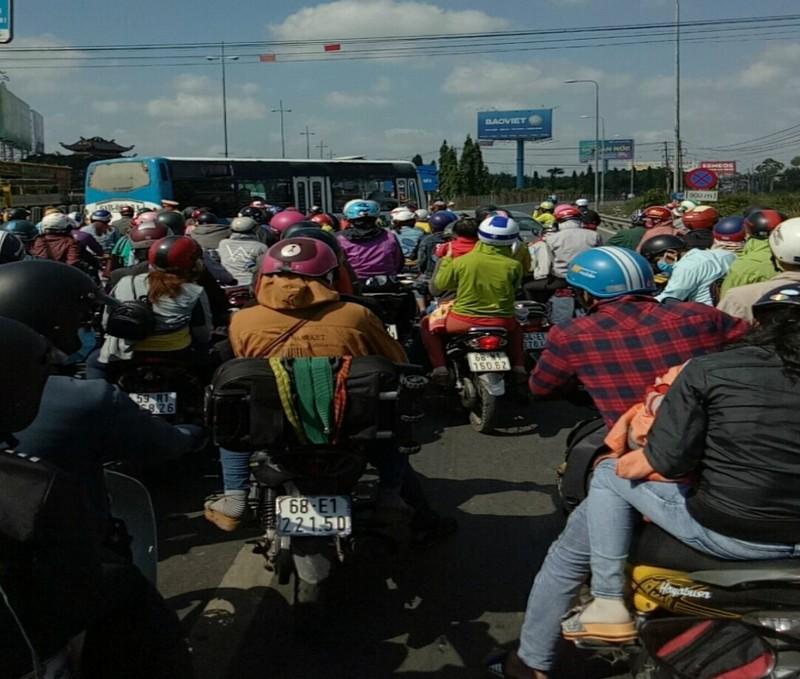 Kẹt xe nghiêm trọng trên cầu Mỹ Thuận vì ô tô bất ngờ chết máy - ảnh 2