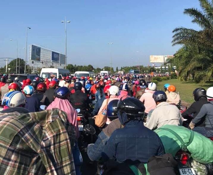 Kẹt xe nghiêm trọng trên cầu Mỹ Thuận vì ô tô bất ngờ chết máy - ảnh 3