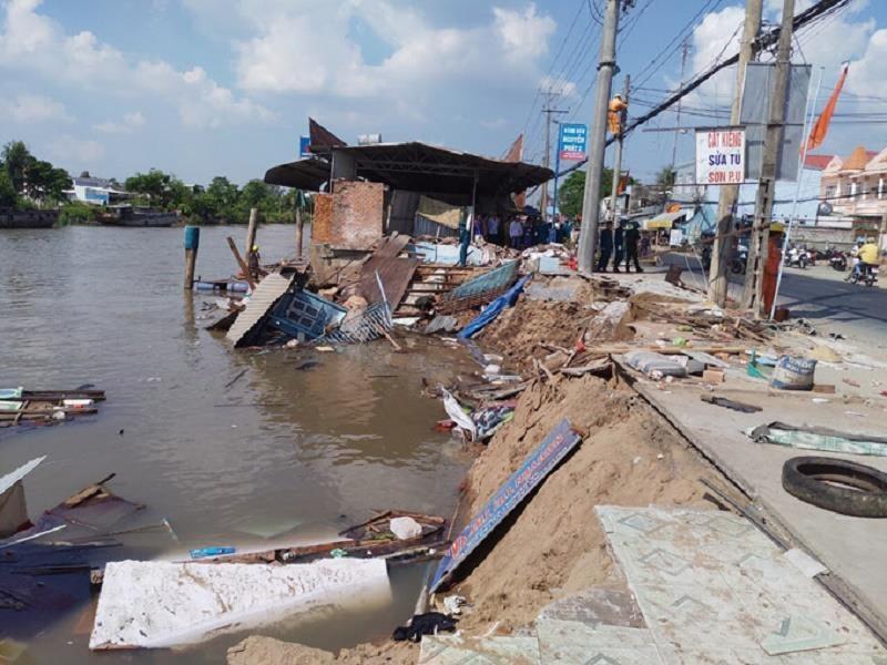 Cần Thơ: Sạt lở nhấn chìm 4 căn nhà và 80 tấn gạo - ảnh 1