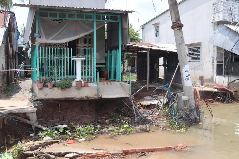 Đang ngủ, bất ngờ nhà bị nhấn chìm xuống sông - ảnh 1