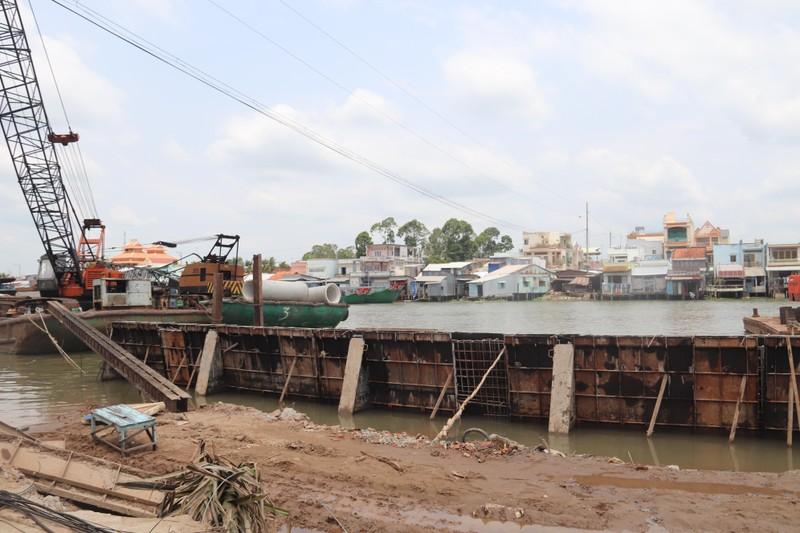 Đang ngủ, bất ngờ nhà bị nhấn chìm xuống sông - ảnh 2