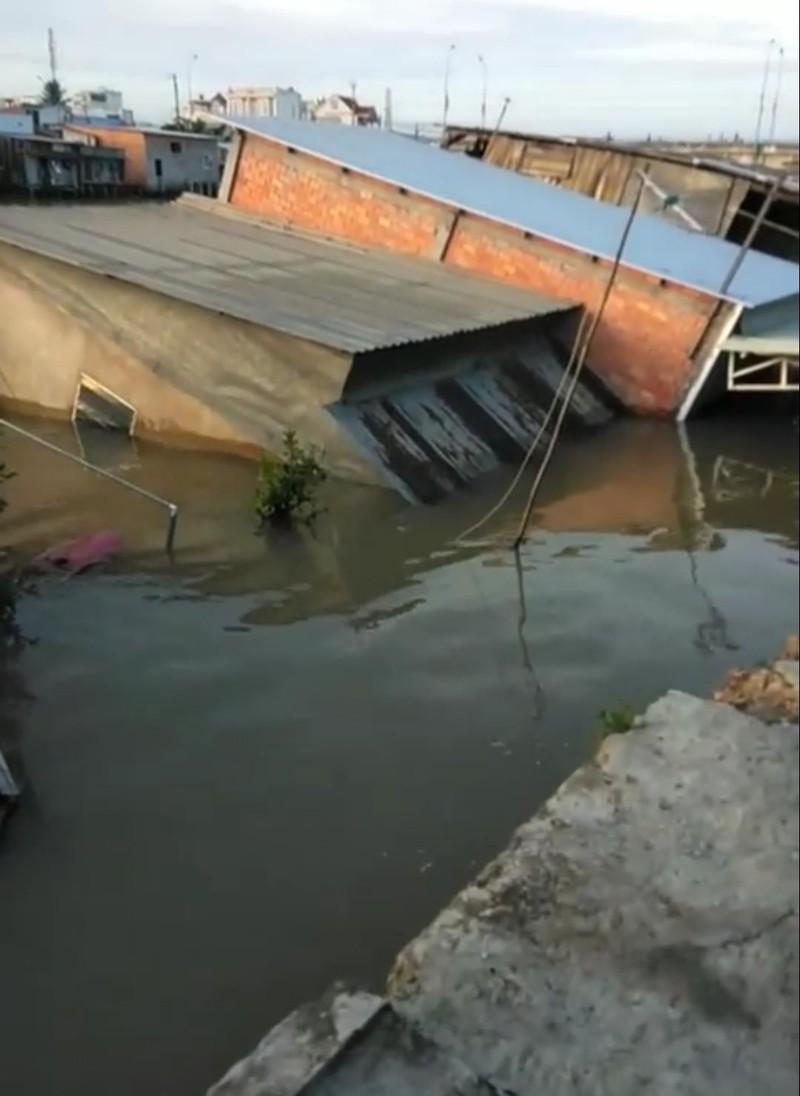 5 căn nhà bất ngờ đổ sụp xuống sông lúc rạng sáng - ảnh 1