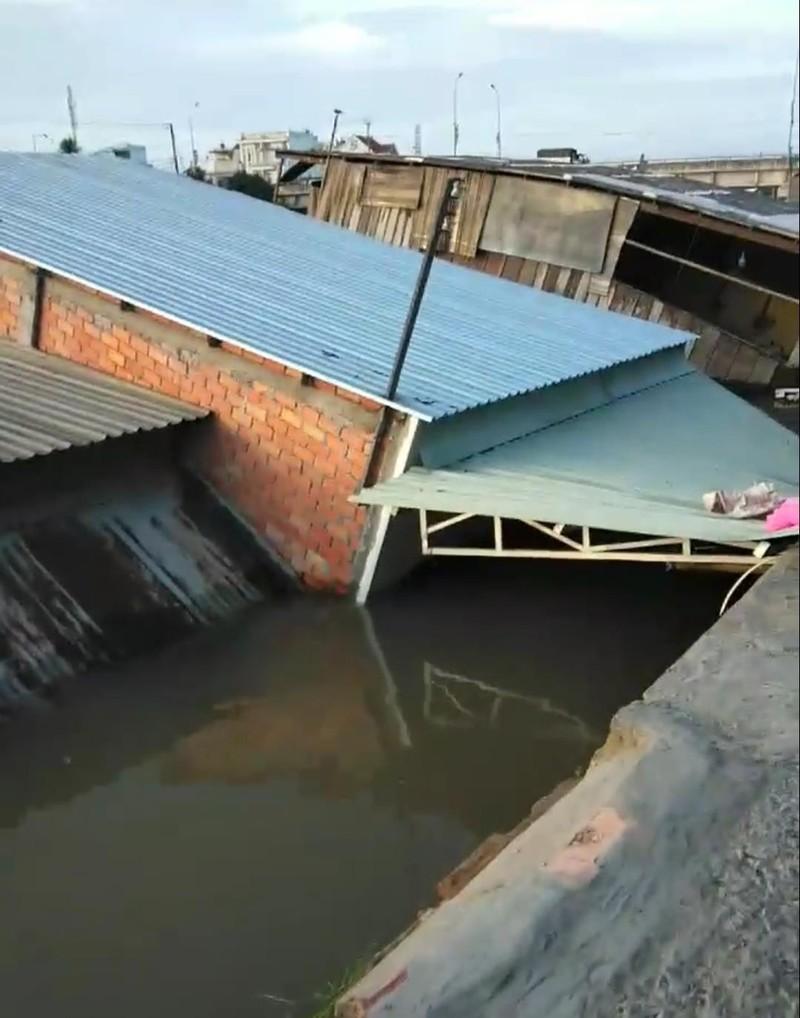 5 căn nhà bất ngờ đổ sụp xuống sông lúc rạng sáng - ảnh 2
