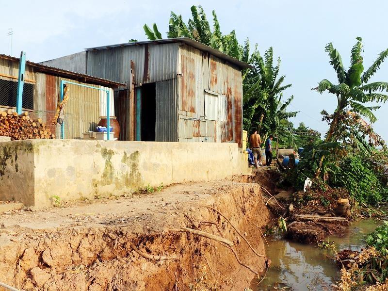 An Giang di dời khẩn cấp nhiều căn nhà do sạt lở bờ sông - ảnh 2