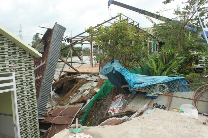 2 căn nhà ven QL80 sụp xuống sông lúc nửa đêm - ảnh 2