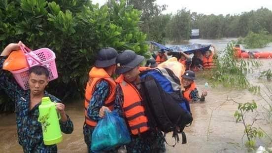 Vùng 5 Hải quân giúp dân Phú Quốc vượt đại hồng thủy - ảnh 5