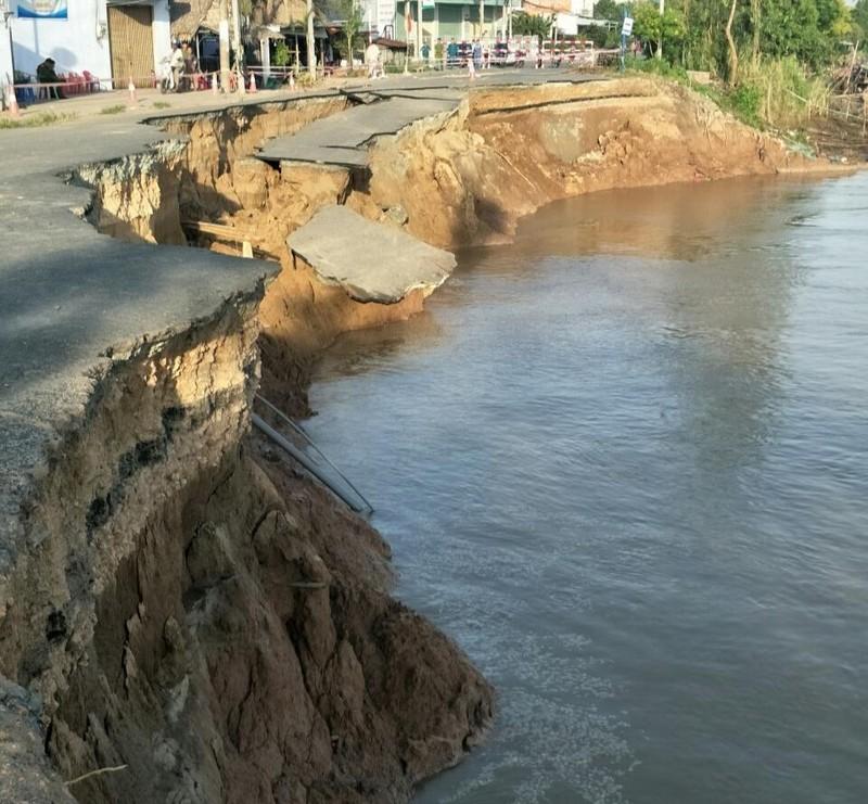 Gần toàn bộ mặt đường QL91 sụp xuống sông Hậu - ảnh 2