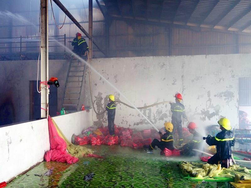 Cháy Công ty sản xuất chăn, gối có chứa hàng trăm bình gas - ảnh 1