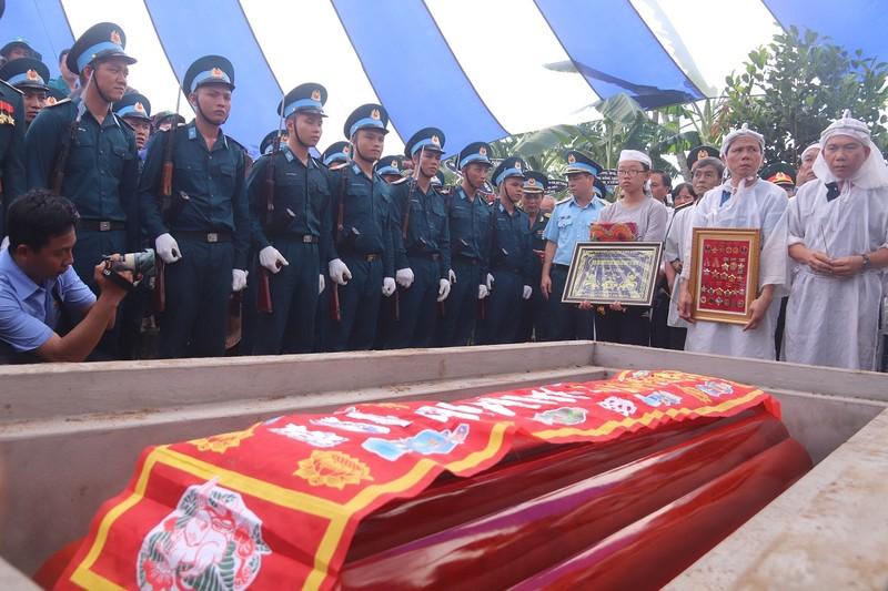 Anh hùng phi công Nguyễn Văn Bảy ngủ yên trong lòng đất mẹ - ảnh 7