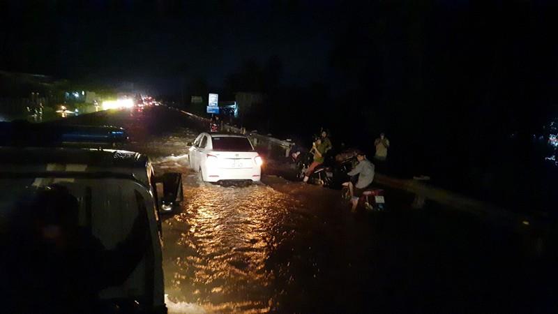 Triều cường lên đỉnh, người dân lội nước trên quốc lộ 1 - ảnh 6