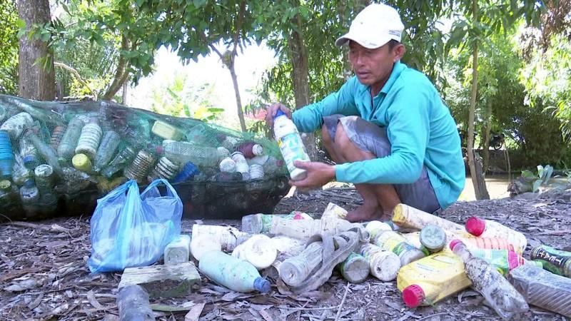 Độc đáo bè qua sông làm bằng vỏ chai thuốc bảo vệ thực vật - ảnh 3