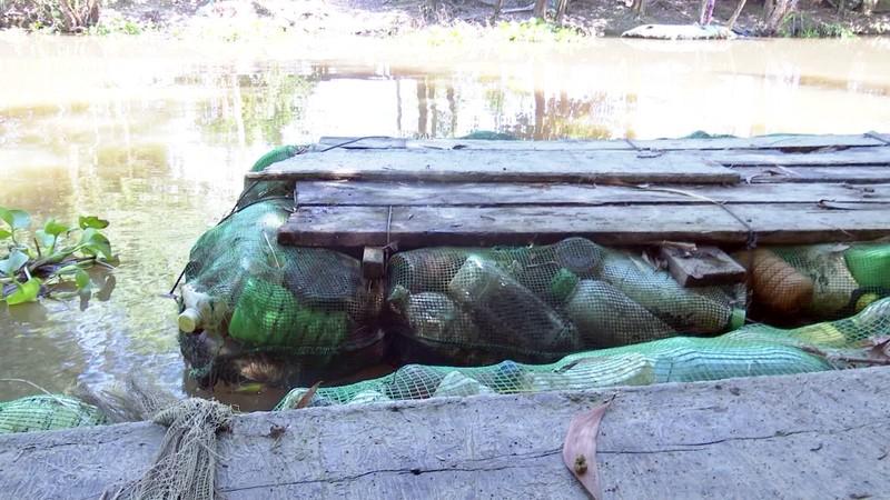 Độc đáo bè qua sông làm bằng vỏ chai thuốc bảo vệ thực vật - ảnh 5