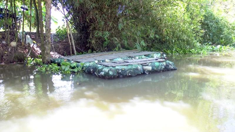 Độc đáo bè qua sông làm bằng vỏ chai thuốc bảo vệ thực vật - ảnh 4