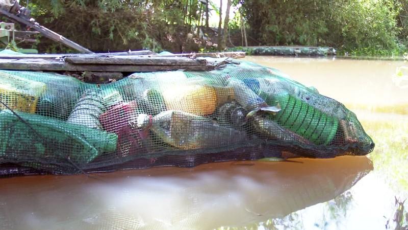 Độc đáo bè qua sông làm bằng vỏ chai thuốc bảo vệ thực vật - ảnh 6
