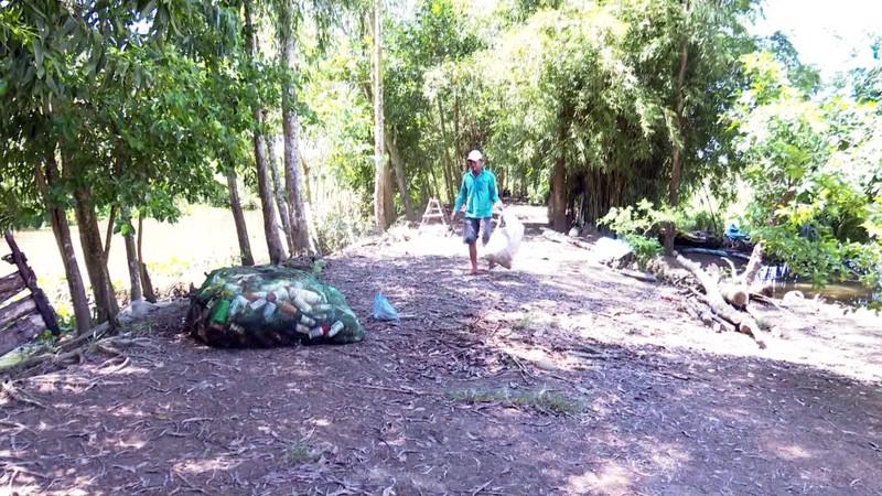 Độc đáo bè qua sông làm bằng vỏ chai thuốc bảo vệ thực vật - ảnh 1