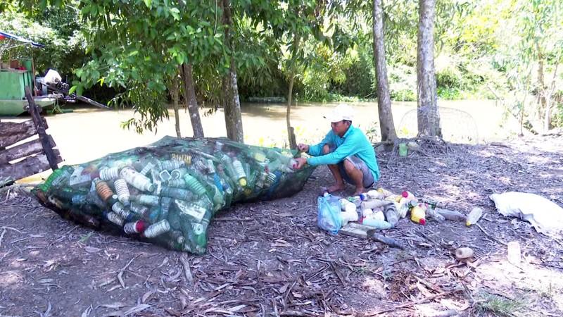 Độc đáo bè qua sông làm bằng vỏ chai thuốc bảo vệ thực vật - ảnh 2