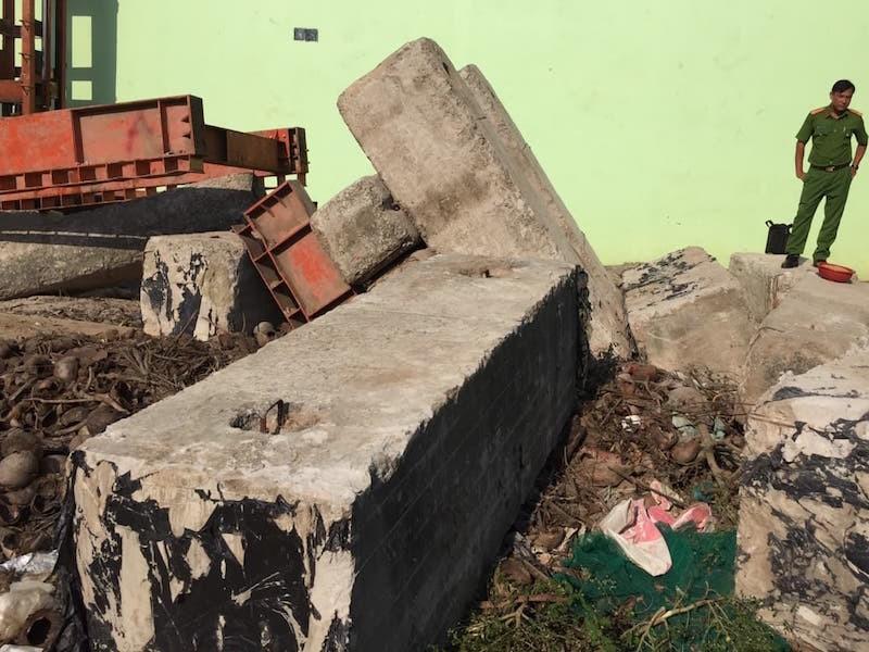 Khối bê tông rơi đè trúng công nhân  - ảnh 1