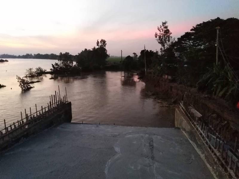 Sạt lở ở công trình xây cầu, xe lu rơi xuống sông - ảnh 1