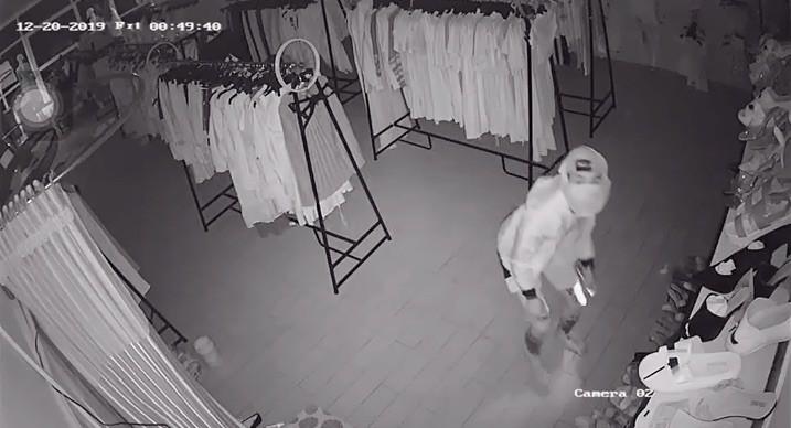Đục trần nhà vào trộm tiền, vặt luôn 3 camera an ninh - ảnh 3