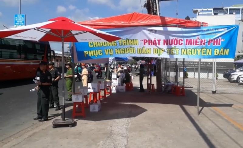 Công an Vĩnh Long đội nắng tặng nước suối cho người đi đường - ảnh 1
