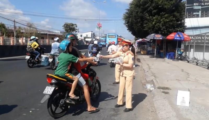 Công an Vĩnh Long đội nắng tặng nước suối cho người đi đường - ảnh 2