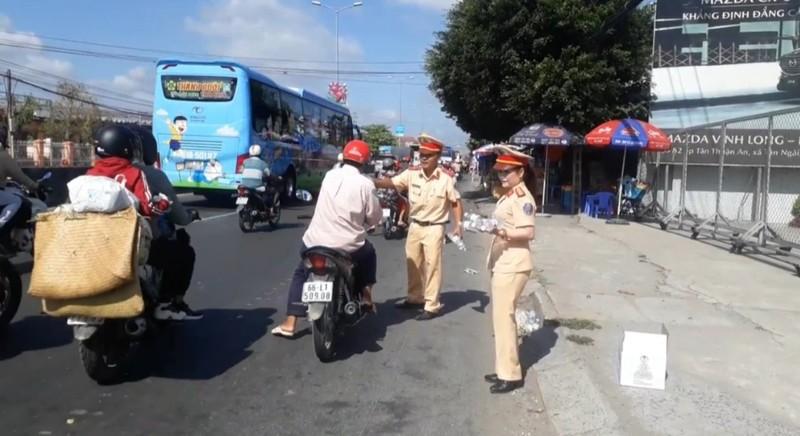 Công an Vĩnh Long đội nắng tặng nước suối cho người đi đường - ảnh 3