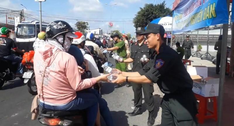 Công an Vĩnh Long đội nắng tặng nước suối cho người đi đường - ảnh 4