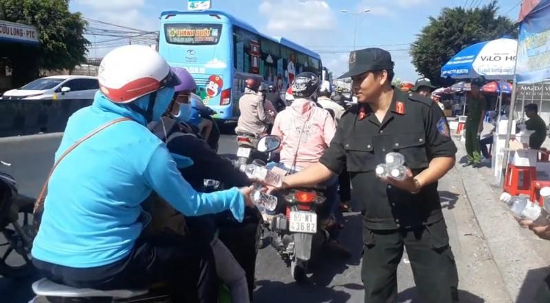 Công an Vĩnh Long đội nắng tặng nước suối cho người đi đường - ảnh 5
