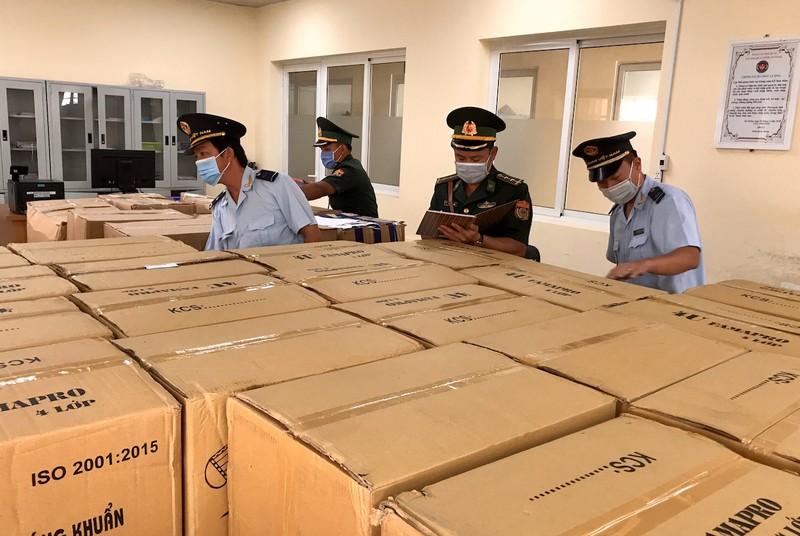 Phát hiện 164.000 khẩu trang sắp tuồn sang Campuchia - ảnh 2