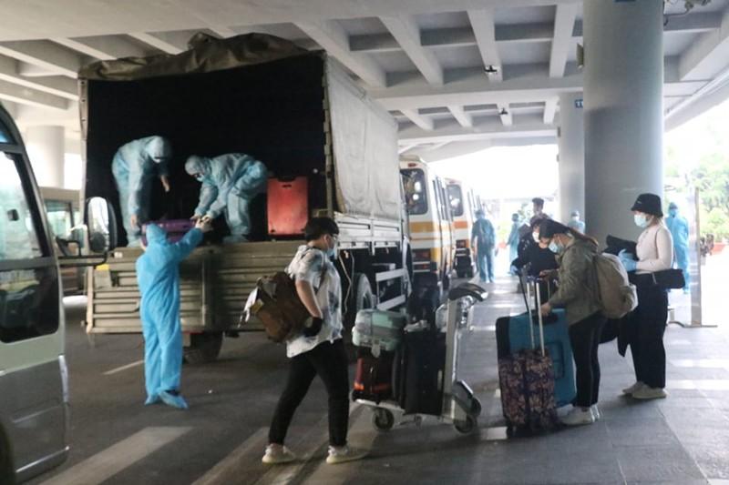Chuyến bay chở 164 người từ London hạ cánh sân bay Cần Thơ - ảnh 4