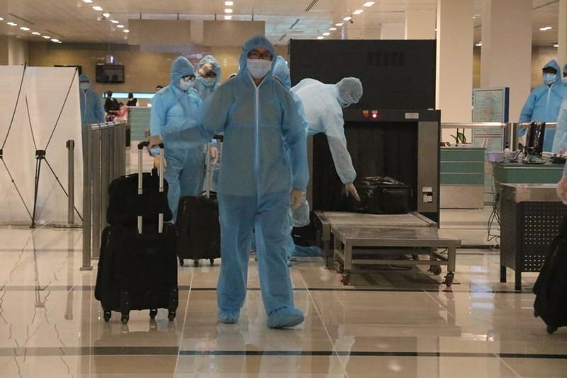 Chuyến bay chở 164 người từ London hạ cánh sân bay Cần Thơ - ảnh 3